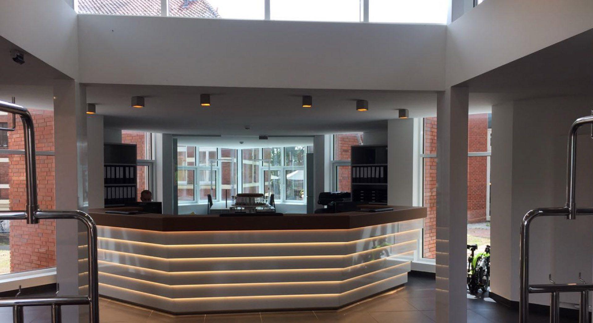 Gewerbearchitektur; Architektur; Innenarchitektur; Veranstaltung; Lichtkonzept; Empfang; Lobby; Entreé; Theke; Tresen; Lobby; Rezeption; Möbeldesign; Hotel Alte Werft;