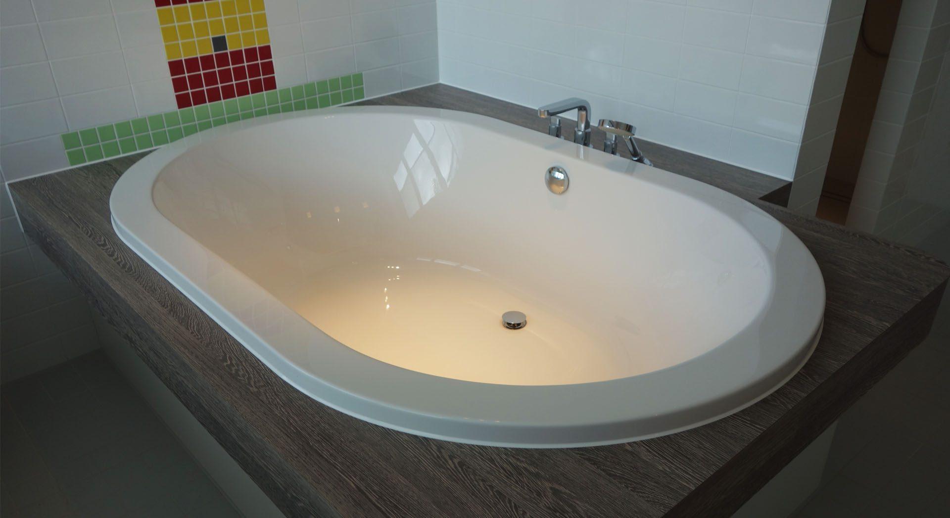 Einfamilienhaus; Innenarchitektur; Möbeldesign; Badgestaltung; Badewanne; Lichtgestaltung; Lichtdesign;