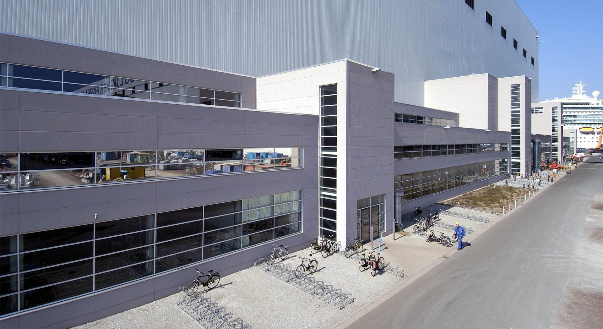 Architektur; Industriearchitektur; Gewerbearchitektur; Porenbeton Fassade; Neubau; Meyer Werft; Verwaltungsgebäude; Brücke verglast;