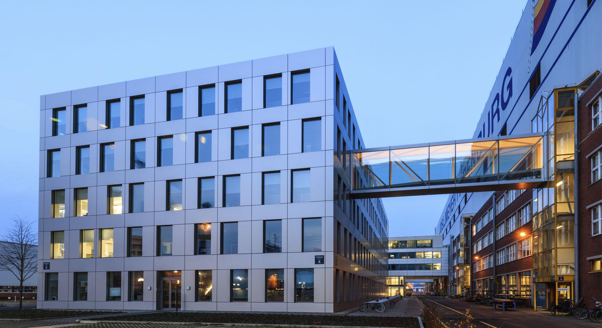 Architektur; Industriearchitektur; Gewerbearchitektur; Alucobond Fassade; Neubau; Meyer Werft; Verwaltungsgebäude; Brücke verglast