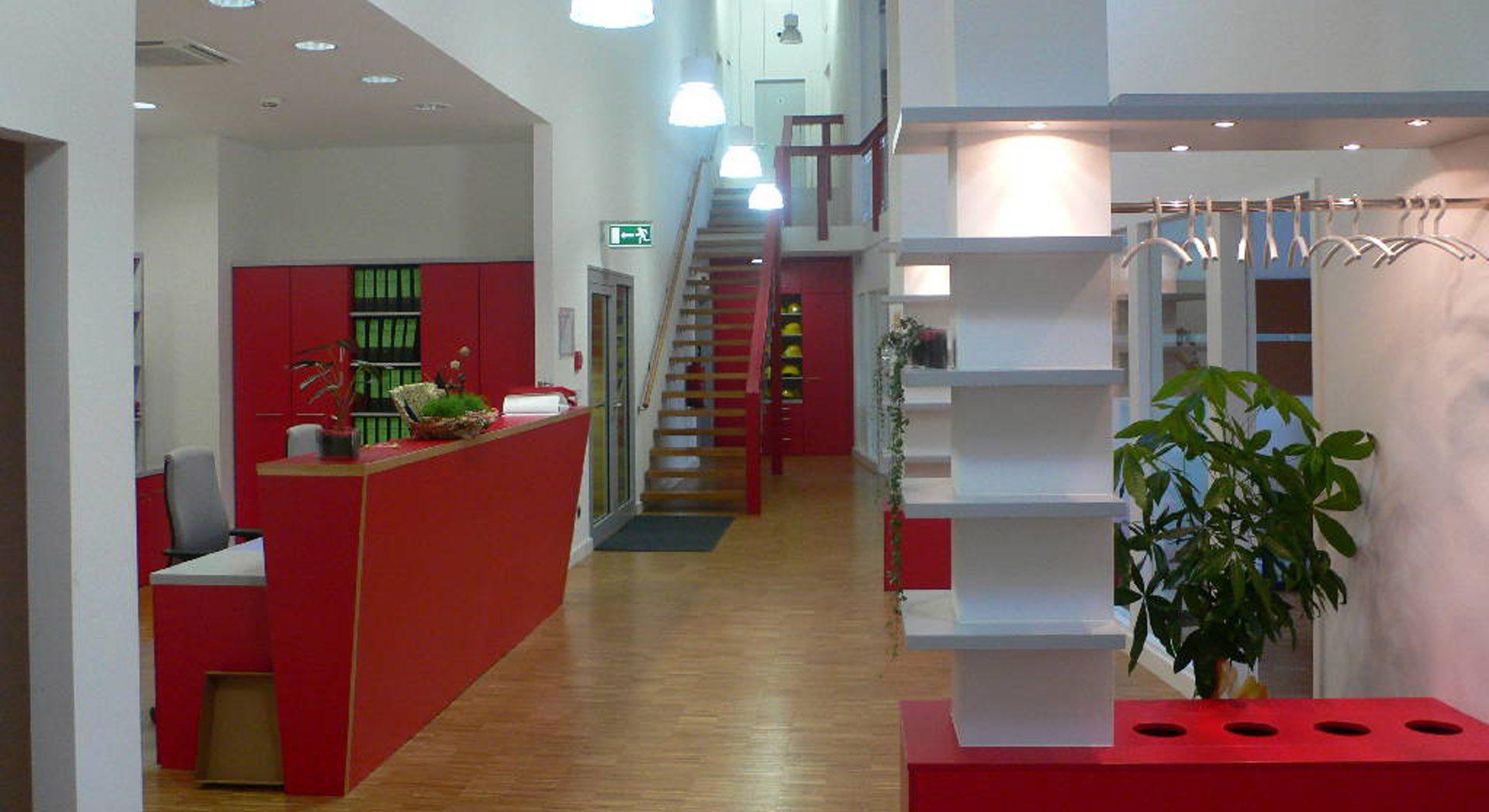 Gewerbearchitektur; Innenarchitektur; Möbeldesign; Ladeneinrichtung; Raumgestaltung; Empfang; Lobby; Entreé; Theke; Tresen; Lobby; Rezeption;