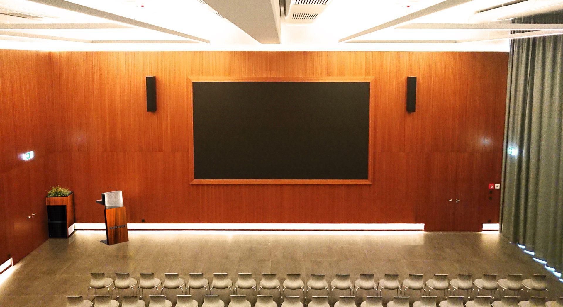 Gewerbearchitektur; Architektur; Innenarchitektur; Saal; Veranstaltung; Lichtkonzept; Tagung; Fortbildung; Hörsaal; Flötotto; Pro Chair; Meyer Werft; video wall; Videowand; LED-Wand; led-wall;