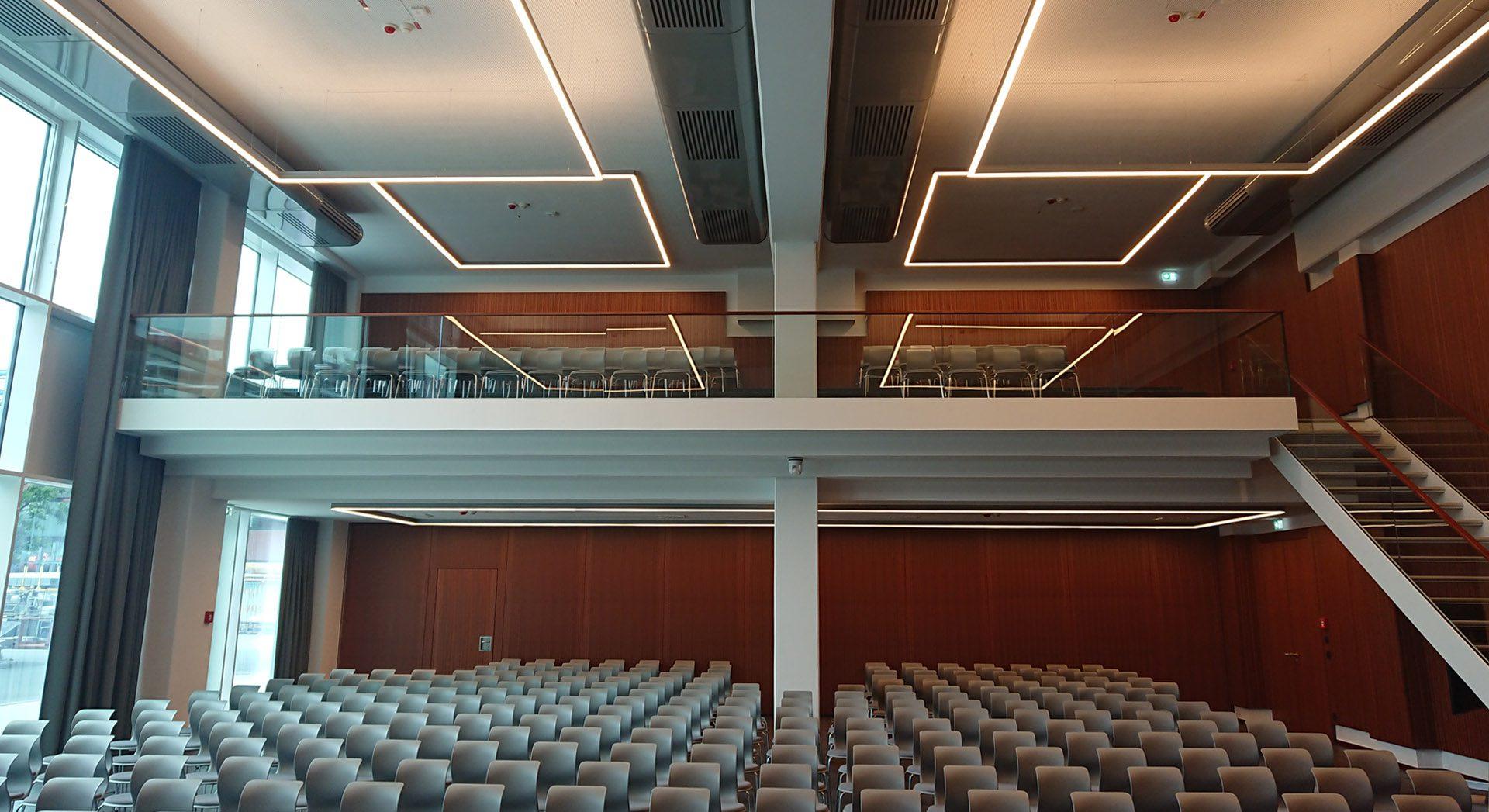 Gewerbearchitektur; Architektur; Innenarchitektur; Saal; Veranstaltung; Lichtkonzept; Tagung; Fortbildung; Hörsaal; Flötotto; Pro Chair; Meyer Werft;